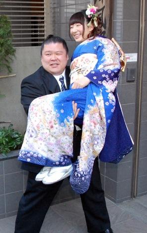 お姫様抱っこも披露=結婚会見を行った安治川親方&小泉エリ (C)ORICON NewS inc.