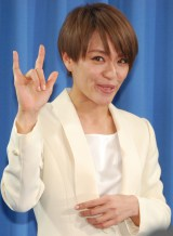 出馬会見を行った今井絵理子氏 手話の意味は「アイラブユー」 (C)ORICON NewS inc.