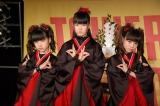 新曲「メギツネ」のヒット祈願イベントを行ったBABYMETAL(左から)YUIMETAL、SU-METAL、MOAMETAL (C)ORICON NewS inc.