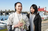 松田聖子の大ヒット曲「赤いスイートピー」をモチーフにしたドラマに出演する浅野温子(左)と桜庭ななみ(右)(C)BSジャパン