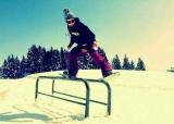 「セパレートスノーボード」で2個レールでの技を決める寺島直人さん(C)寺島直人