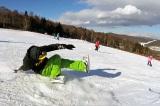 「セパレートスノーボード」で片足を上げて滑る技を披露する寺島直人さん(C)寺島直人