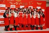 バレンタイン教室に参加した女子高生とともに記念撮影した松井愛莉、土屋太鳳、広瀬すず (C)ORICON NewS inc.