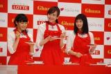 出来上がったガトーショコラを試食する(左から)土屋太鳳、松井愛莉、広瀬すず (C)ORICON NewS inc.