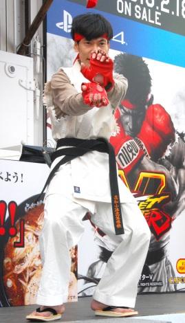 波動拳を繰り出した板倉俊之=PS4ゲームソフト『ストリートファイターV』発売記念「喰らえ、波動拳!キャンペーン発表会』 (C)ORICON NewS inc.