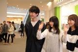 月9ドラマ『いつかこの恋を思い出してきっと泣いてしまう』展示会場にサプライズ登場した坂口健太郎(左)、森川葵(中央)(C)フジテレビ