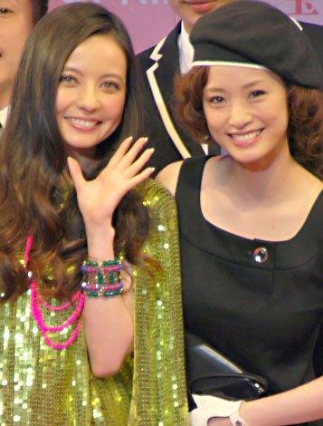 サムネイル 『SPRiNG コレクション2012』に登場した(左から)ベッキー♪#と上戸彩 (C)ORICON DD inc.