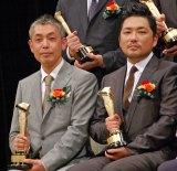 『2015年 第89回キネマ旬報ベスト・テン』で日本映画ベスト・テン第1位に選出された『恋人たち』の橋口亮輔監督(左)と同作で新人男優賞を受賞した篠原篤 (C)ORICON NewS inc.