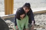 """フジテレビ系""""月9""""ドラマ『いつ恋』第6話(2月22日放送)に満島ひかりが登場。母親と砂場で遊んだ日のことを思い出すシーン。幼少期の音を演じるのは平澤宏々路"""