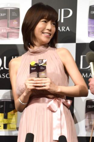 妊娠発表後、初めて公の場に登場した釈由美子=『ティーアップマスカラ』の新CM発表会 (C)ORICON NewS inc.