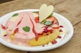 カフェ アクイーユのホワイトデー限定『ストロベリーホワイトデーパンケーキ』