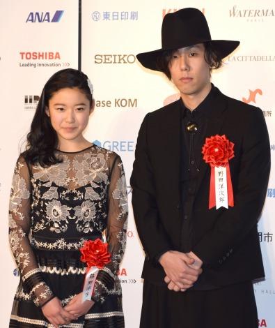 『第70回毎日映画コンクール』表彰式に出席した(左から)藤野涼子、野田洋次郎 (C)ORICON NewS inc.