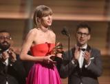 グラミー賞で女性アーティスト初2度目の「年間最優秀アルバム」を獲得したテイラー・スウィフト(写真:AP/アフロ)