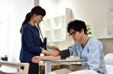 ドラマ『世界の中心で、愛をさけぶ』(TBS)以来、12年ぶりの共演となる綾瀬はるか(左)と柄本佑(右)(C)TBS