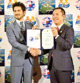写真左から平井堅、鈴木英敬・三重県知事(19日=日本記者クラブ)