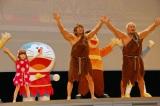 やみつき必至のウンタカダンスを披露する(左から)エヴァちゃん、棚橋弘至選手、真壁刀義選手 (C)ORICON NewS inc.