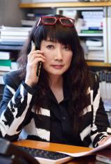 実話ニュースサイト「実話バスターズ」の編集長・権田薫子役の余貴美子(C)NH Project