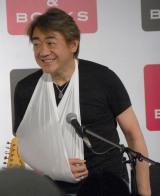 写真集発売記念トークショー&サイン会の前日に右肩を脱臼してしまったギタリストの野村義男 (C)ORICON NewS inc.