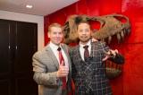 (左から)WWEと契約した中邑真輔選手と、ビンス・マクマホン会長兼CEO