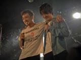 若旦那(左)のライブに尾崎裕哉がサプライズ出演 Photo by Aki Saito