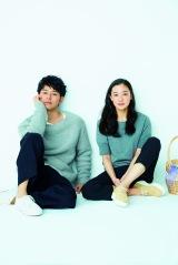 『SPRiNG』4月号でおそろいの春コーデを披露した妻夫木聡&蒼井優(宝島社)
