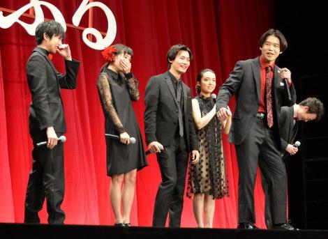矢本悠馬のギャグに爆笑する共演者たち=映画『ちはやふる』完成披露試写会 (C)ORICON NewS inc.