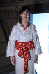 小西真奈美がテレビ朝日系ドラマ『スミカスミレ 45歳若返った女』に出演。色っぽい着物姿、関西弁で引っ掻き回す化け猫役(C)テレビ朝日