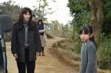 自分の幼少期そっくりの女の子(右/鈴木梨央)と出会う恭子(左/綾瀬はるか)(C)TBS