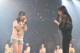 指原莉乃(右)は驚くメンバーたちに「東京でいうと渋谷だよ!」(C)AKS