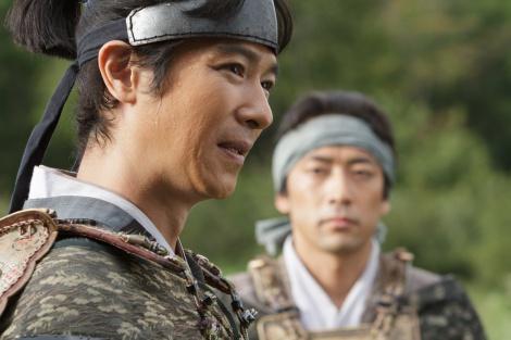 NHK大河ドラマ『真田丸』第8回「調略」より。父・昌幸の本心を知った信繁(堺雅人)は…(C)NHK