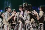 仲川遥香が卒業発表し、メンバーは涙ながらに駆け寄った (C)JKT48 Project
