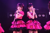 まゆゆこと渡辺麻友(右)が「ザ・アイドル公演」で最後の(?)ツインテールを披露(左は大和田南那)(C)AKS