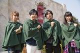 実物大大型巨人の前で「心臓を捧げよ!」ポーズ(左から)井上麻里奈、梶裕貴、諫山氏、石川由依