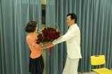 関西テレビ・フジテレビ系ドラマ『お義父さんと呼ばせて』で共演する遠藤憲一から25本のバラの花束を受け取る蓮佛美沙子(C)関西テレビ