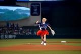赤のミニスカ姿で投球するE-girlsのAmi