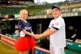 握手をする(左から)Amiと高橋朋己選手