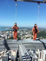 南半球で最も高い328メートルの「スカイタワー」の上で命綱をつけながらダンスするという世界初のチャレンジも(C)テレビ東京