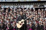 福山雅治が中国の南西部・貴州省に暮らす少数民族、トン族の村人300人と合唱!NHK『福山雅治 SONGLINE 〜歌い継ぐ者たち〜』3月25日放送(C)NHK