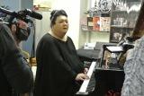 テレビ朝日系『夜の巷を徘徊する』3月10日の放送回でマツコ・デラックスがピアノに挑戦(C)テレビ朝日