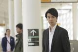 鋭い視線…尾行される長谷川博己(C)2015『二重生活』フィルムパートナーズ