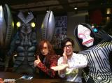 怪獣酒場で特撮愛さく裂!(左からバルタン星人、高見沢俊彦、モノブライト出口博之、ダダ)