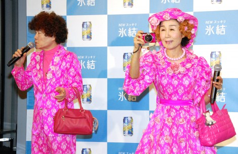 いつもの衣装は…=『あたらしくいこう 青いペーパーを探せ!キャンペーン』氷結ブルーウェア贈呈式に出席した林家ペー&パー子夫妻 (C)ORICON NewS inc.
