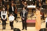 指揮者として石巻の子ども合唱団と共演したつんく♂=第5回「全音楽界による音楽会」3.11チャリティコンサートの模様