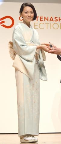 薄水色の和服姿で周囲を魅了した本上まなみ=『OMOTENASHI Selection 2016』授賞発表式典 (C)ORICON NewS inc.