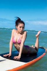 ビキニ姿でサーフィンボードに