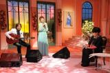 「ベストテンには出れなかったけど…」黒柳の前でギターを演奏するつんく♂(C)テレビ朝日
