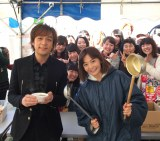 「福魂祭」ライブパフォーマンス前に大鍋をふるまった(左から)藤澤ノリマサ、華原朋美