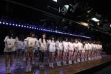 午後2時46分に黙祷を捧げるAKB48劇場のメンバー(C)AKS