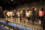 午後2時46分に黙祷を捧げるNMB48劇場のメンバー(C)AKS