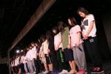 午後2時46分に黙祷を捧げるNGT48劇場のメンバー(C)AKS